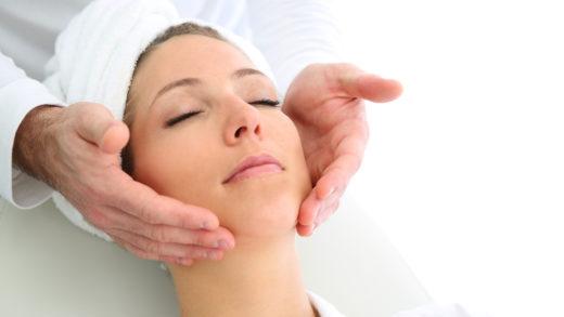 Морщины и другие неприятности отступают легко и быстро, если следить за кожей. Массаж для лица помогает сохранить красоту, настроиться на приятные эмоции.
